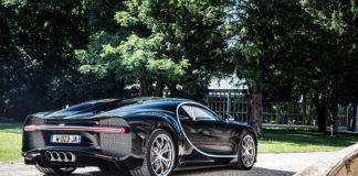 En Bugatti Chiron snett bakifrån