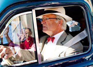Omslagsbild där kungen kör bil