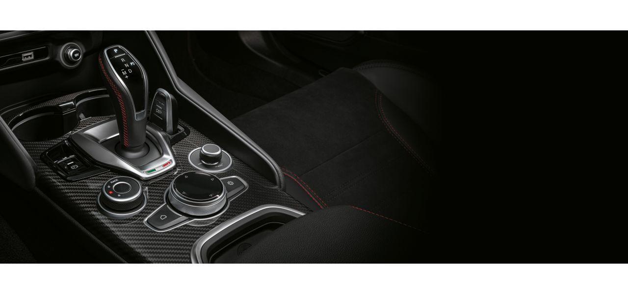 Uppdaterad växelväljare och infotainmentratt i Alfa Romeo