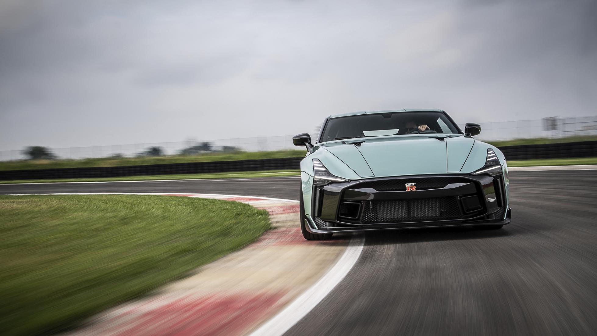 Omslagsbild föreställandes Nissan GT-R 50 på bana.
