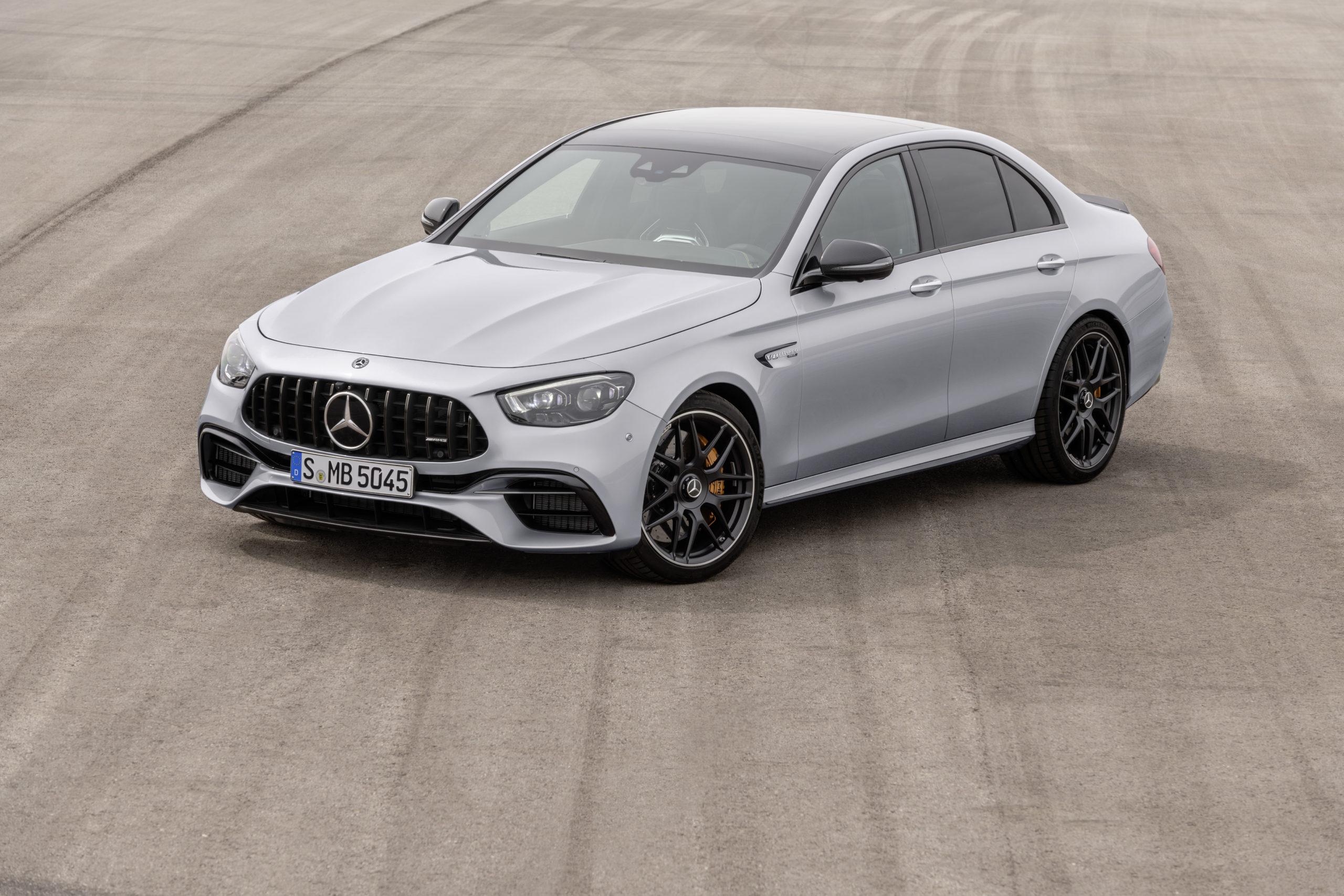Silvrig Mercedes-AMG E 63 S sedan från 2020