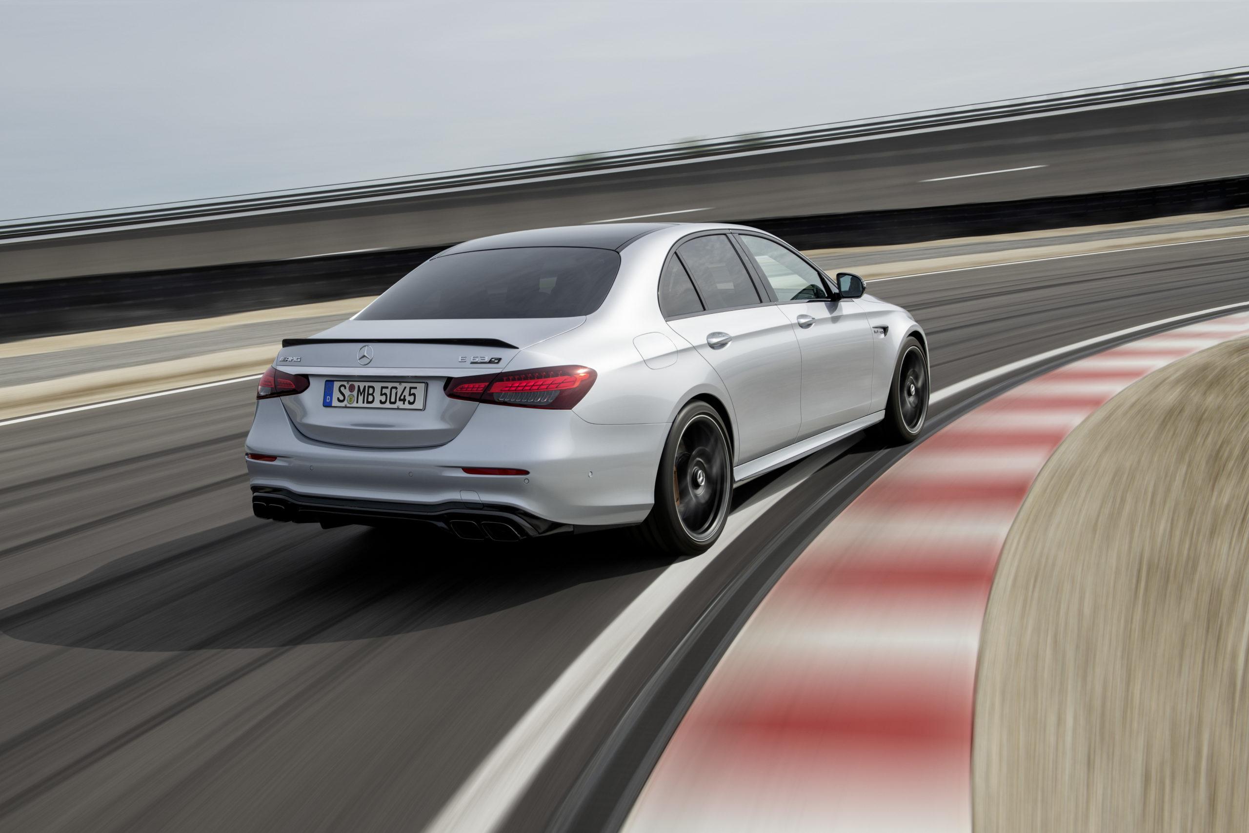 Silvrig Mercedes-AMG E 63 S sedan från 2020 på bana