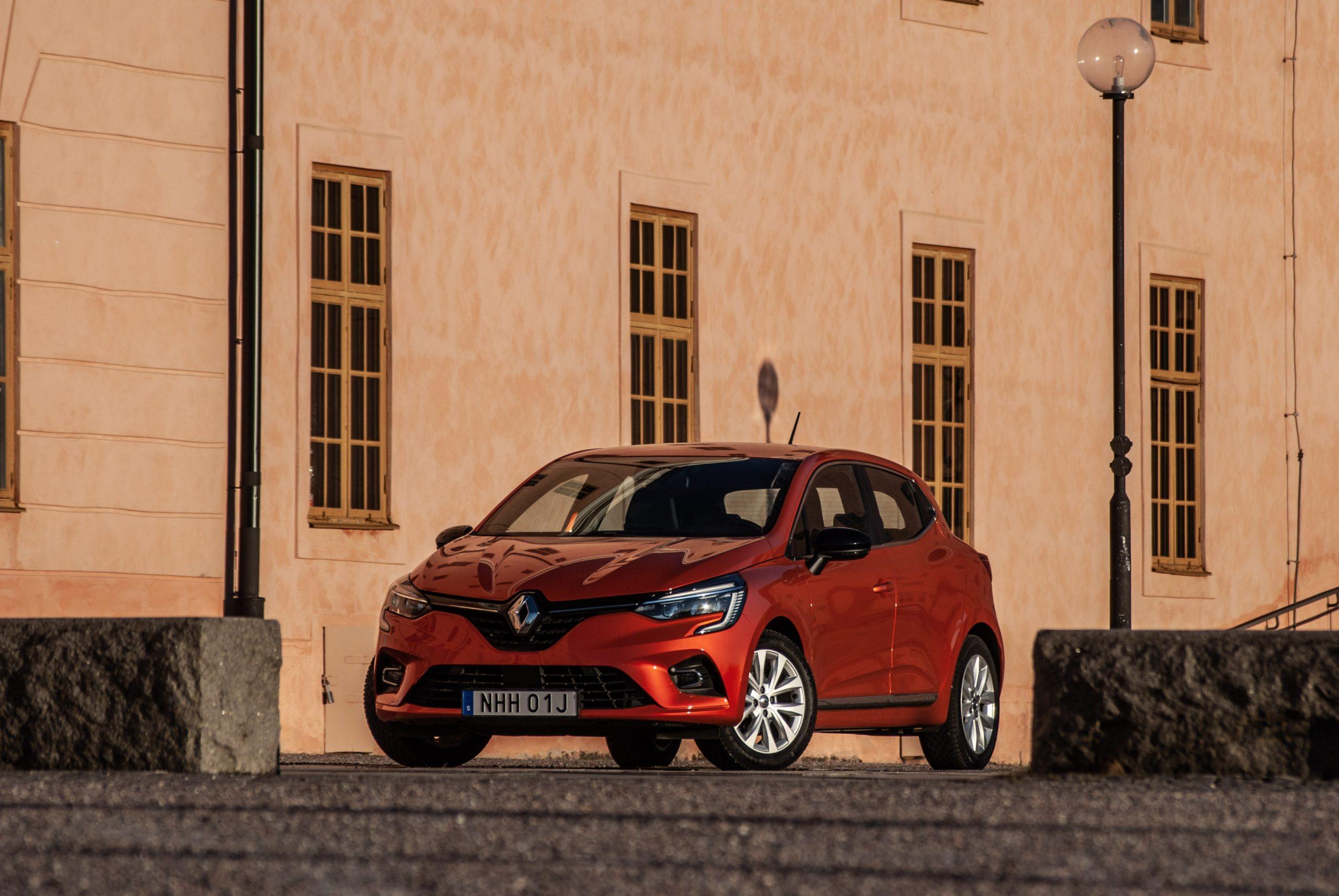 Orange Renault Clio snett framifrån