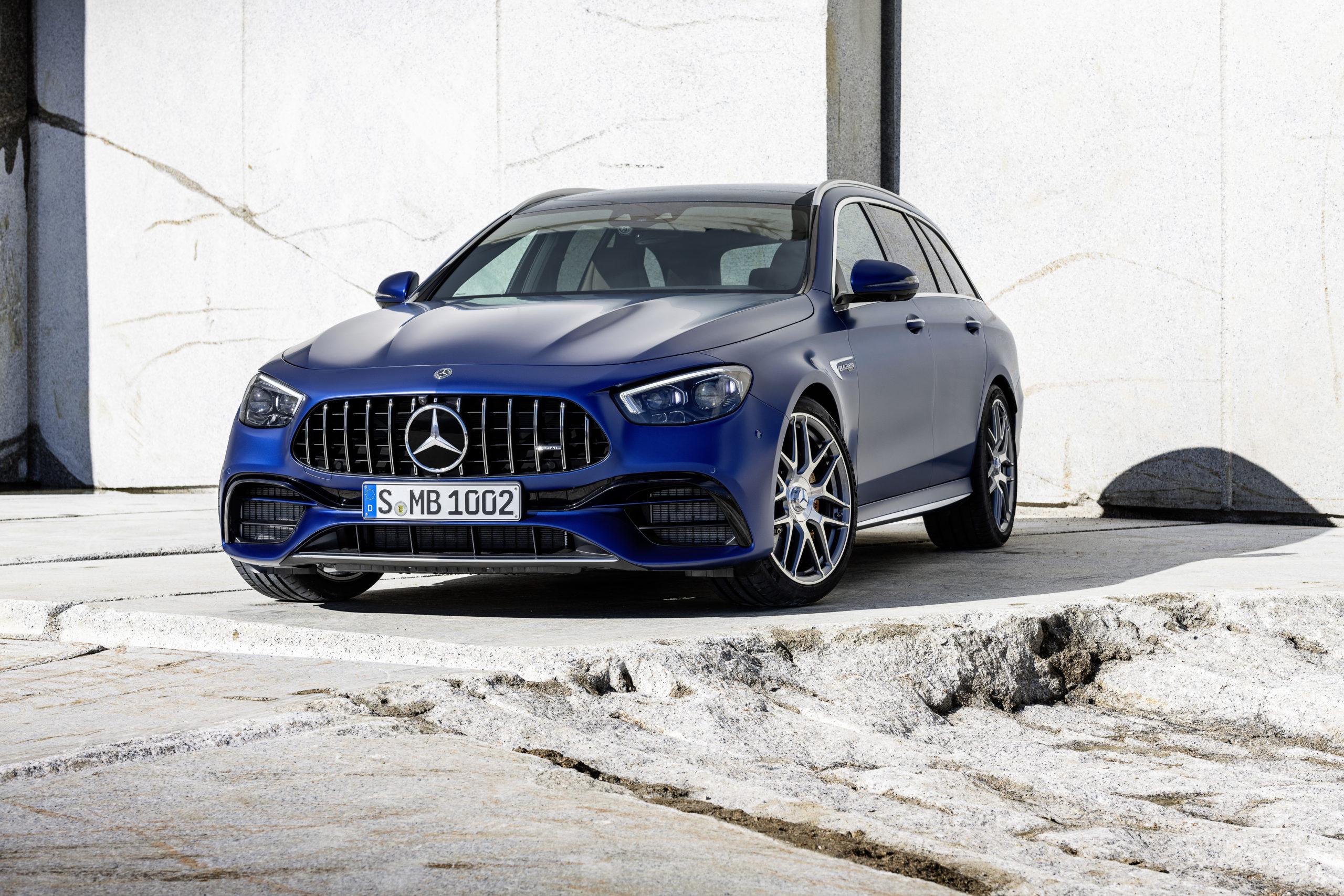Mörkblå Mercedes-AMG E 63 S kombi från 2020 framifrån