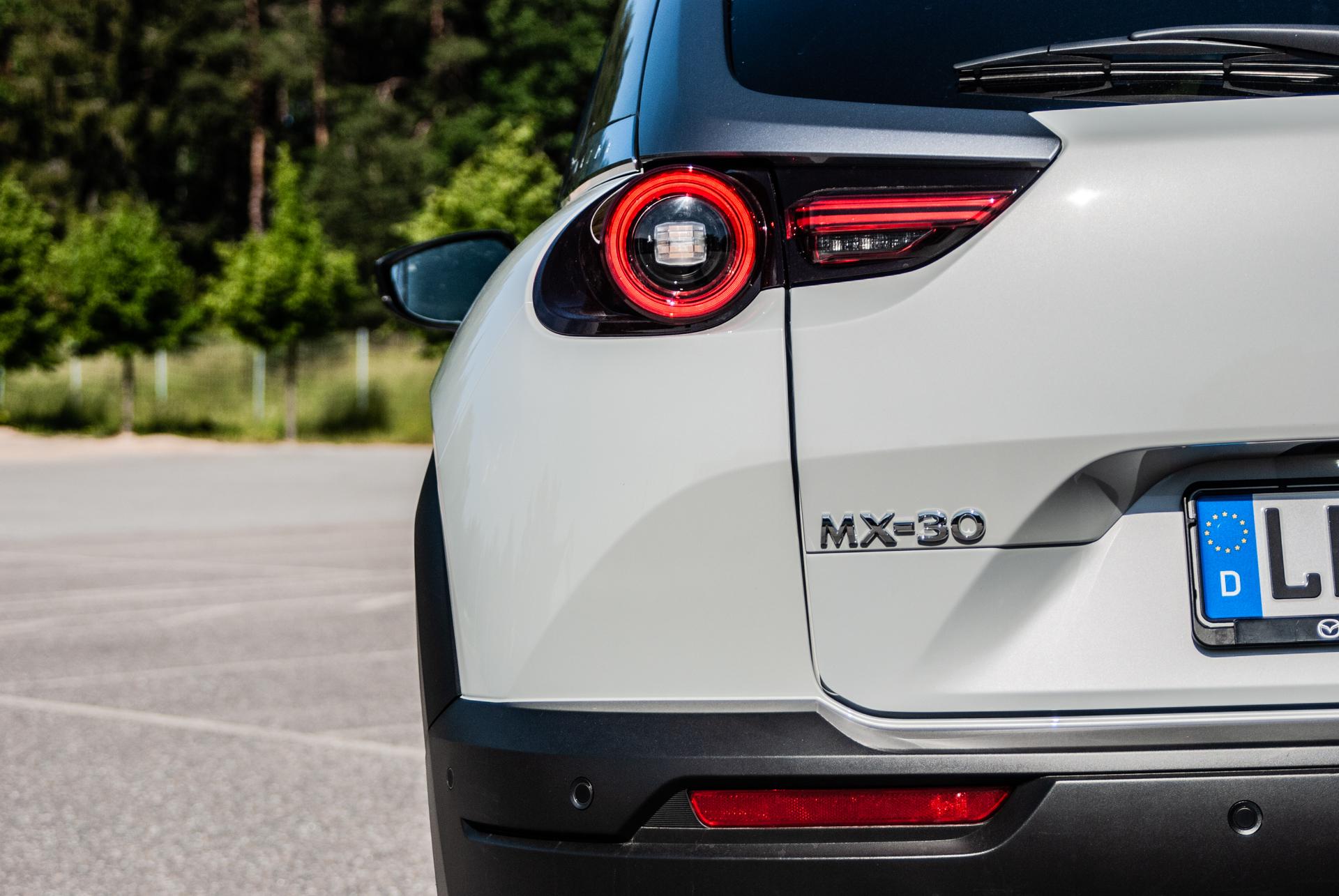 Baklykta och emblem på en vit Mazda MX-30