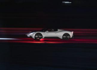 Omslagsbild föreställande Maserati MC20 på bana