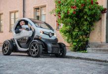 Vit Renault Twizy och baskerklädd chaufför