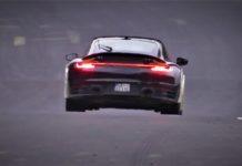 Spionbild på svart Porsche 911 med höjd markfrigång