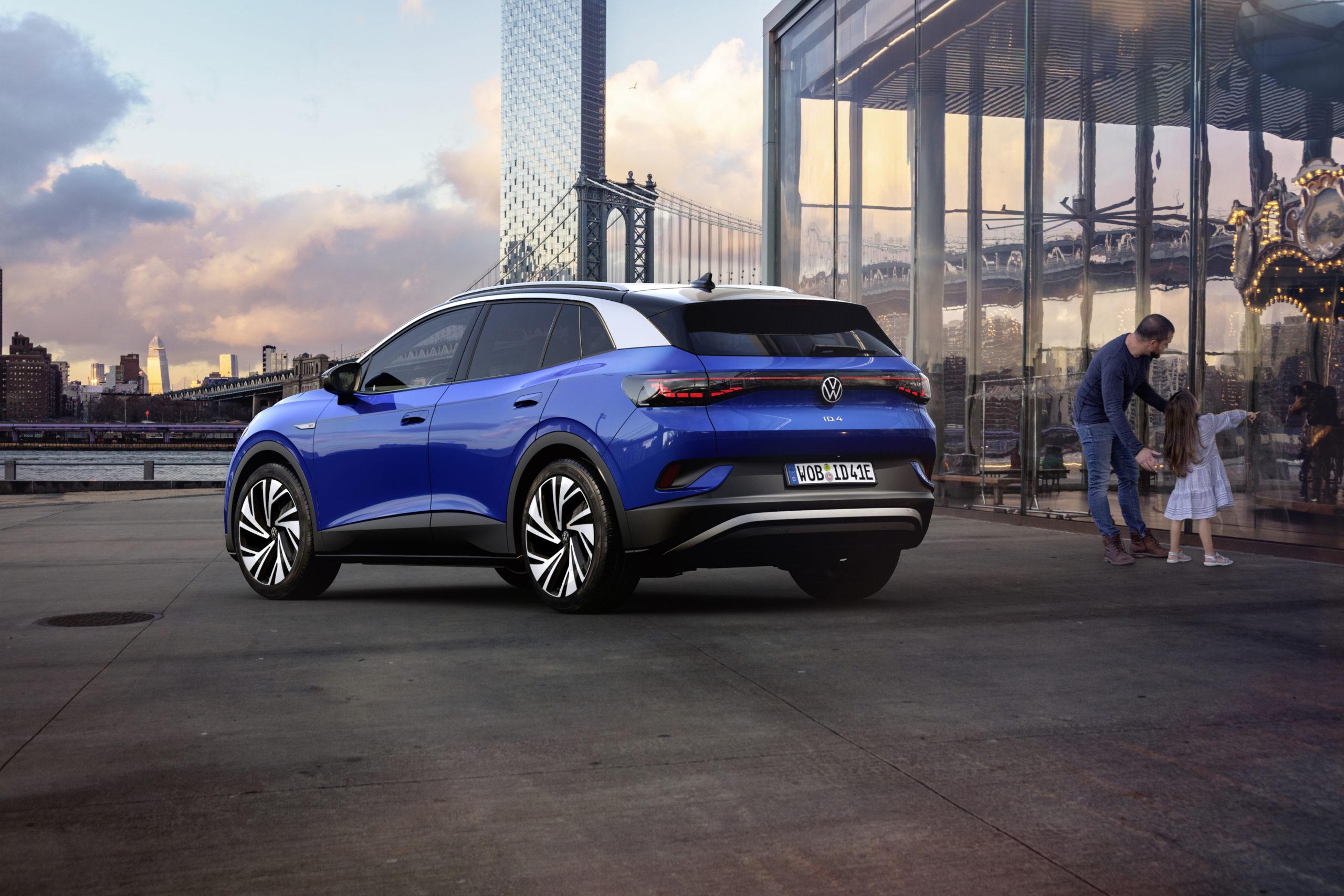 Blå Volkswagen ID 4 och familj