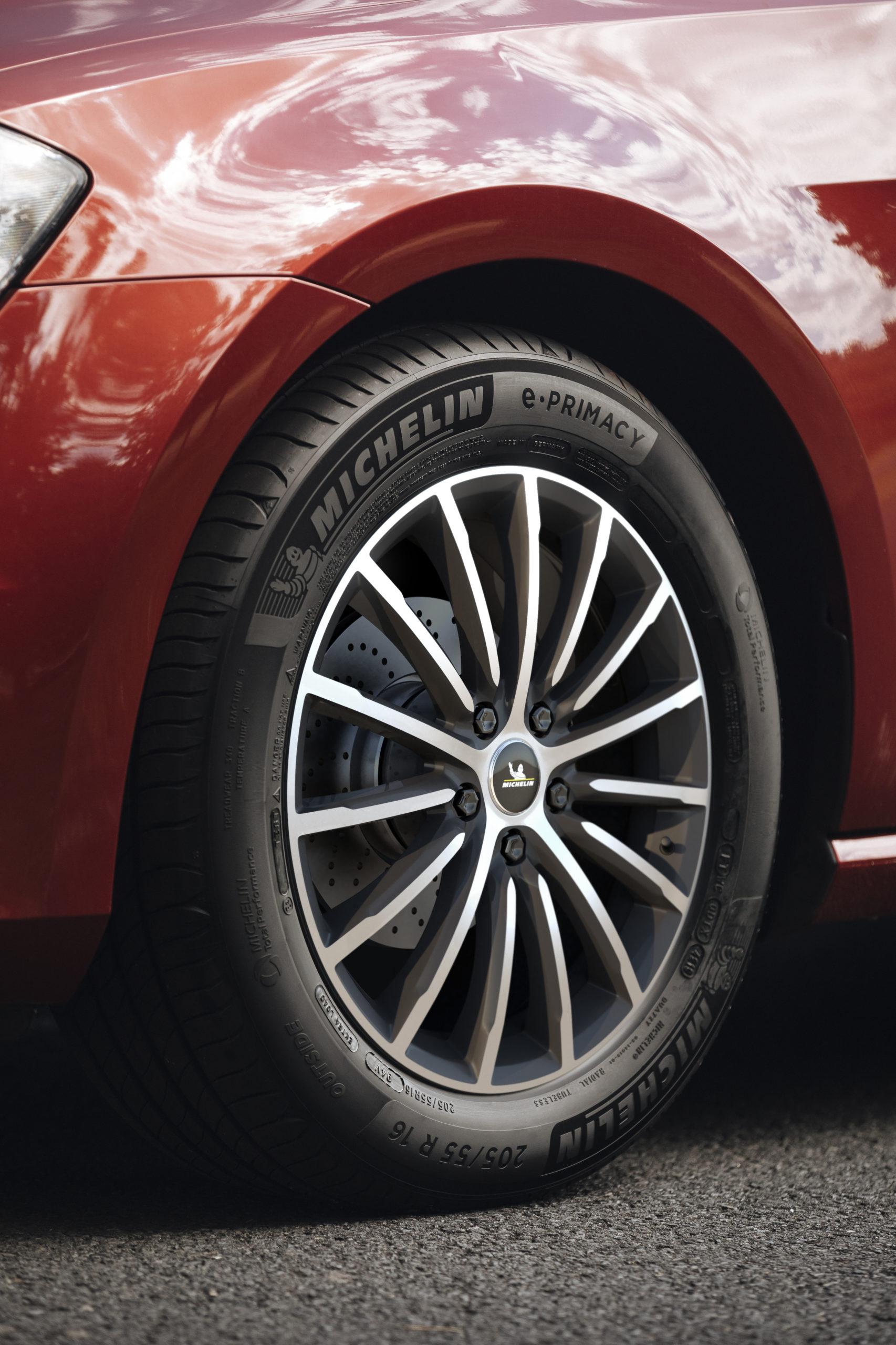 Närbild på Michelin-däcket, monterat på en röd Golf