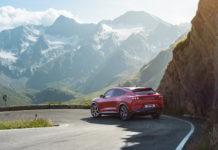En röd Ford Mustang Mach-E på en bergsväg