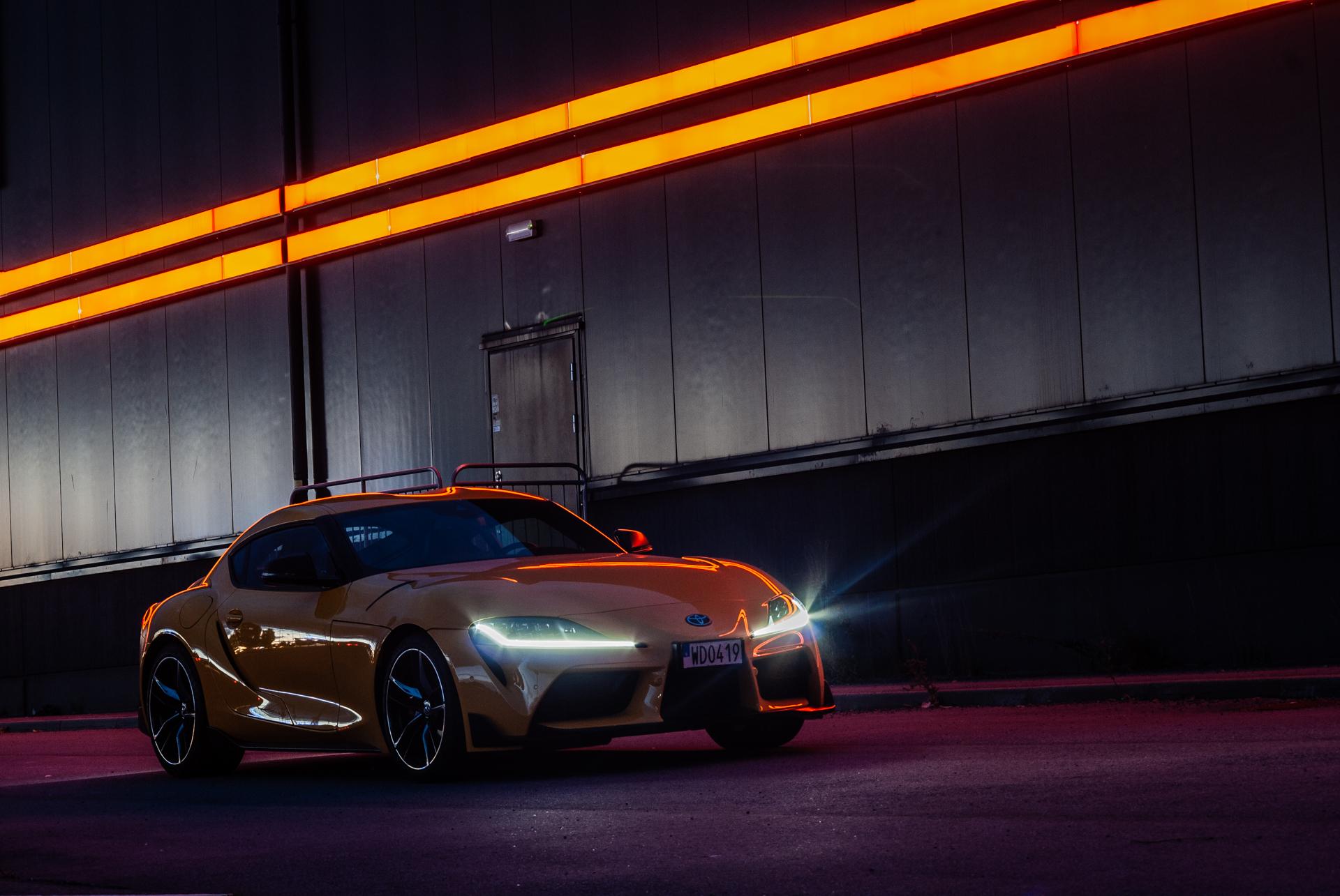 Gul Toyota GR Supra på natten
