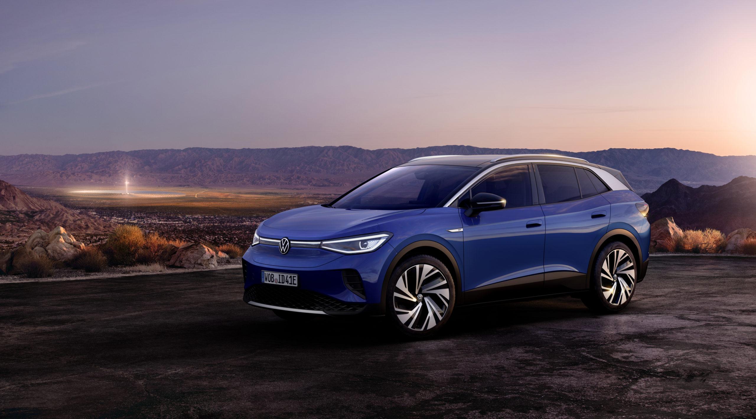 Blå Volkswagen ID 4 snett framifrån i skymningen