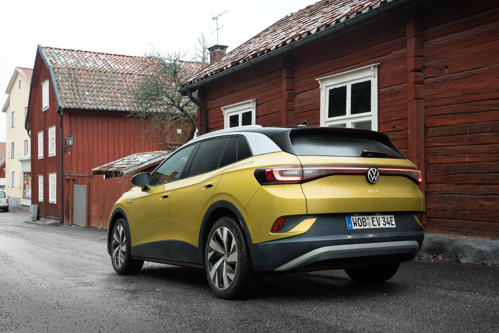 gul volkswagen id4 vid hus