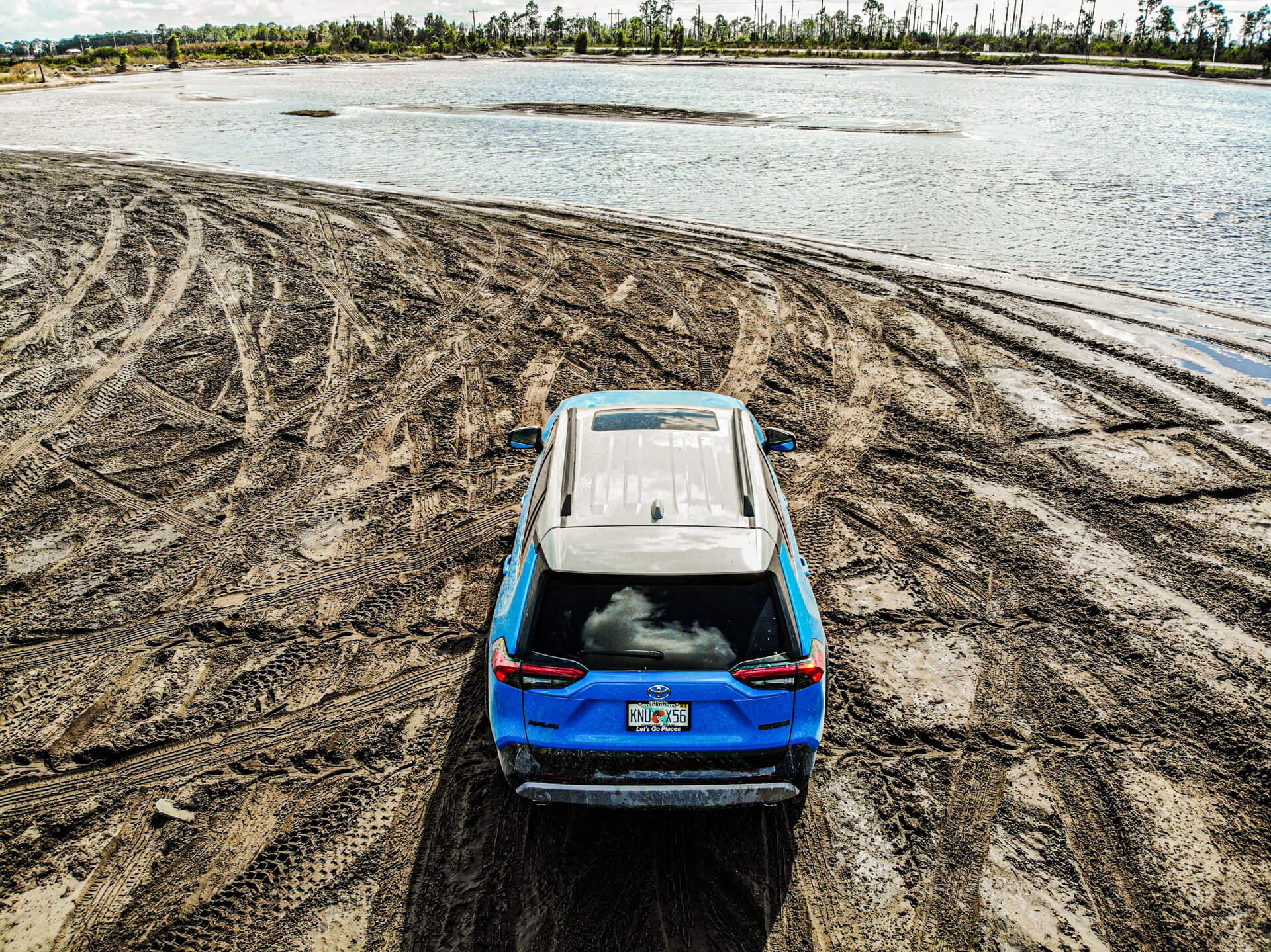 Toyota RAV4 i terräng bakifrån