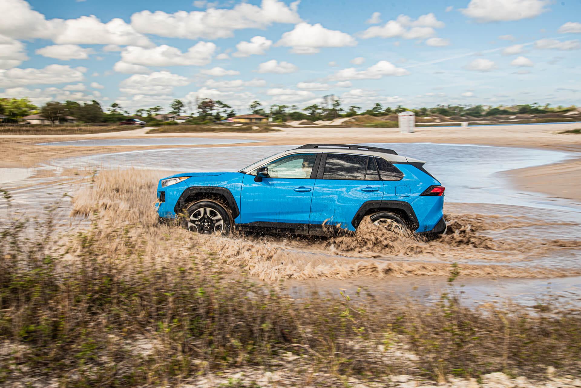 Toyota RAV4 i vatten från sidan